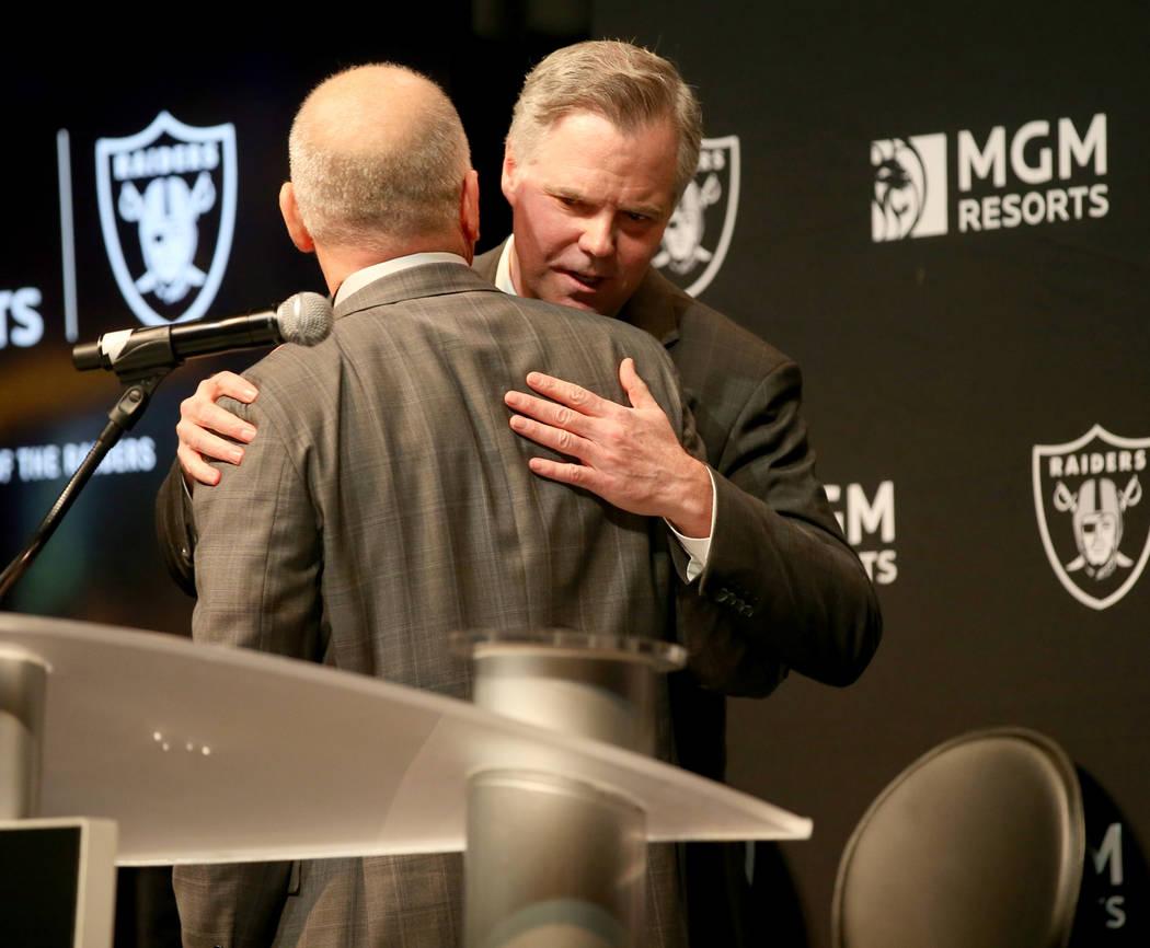 El presidente de los Raiders, Marc Badain, izquierda, y Jim Murren, director ejecutivo y presid ...