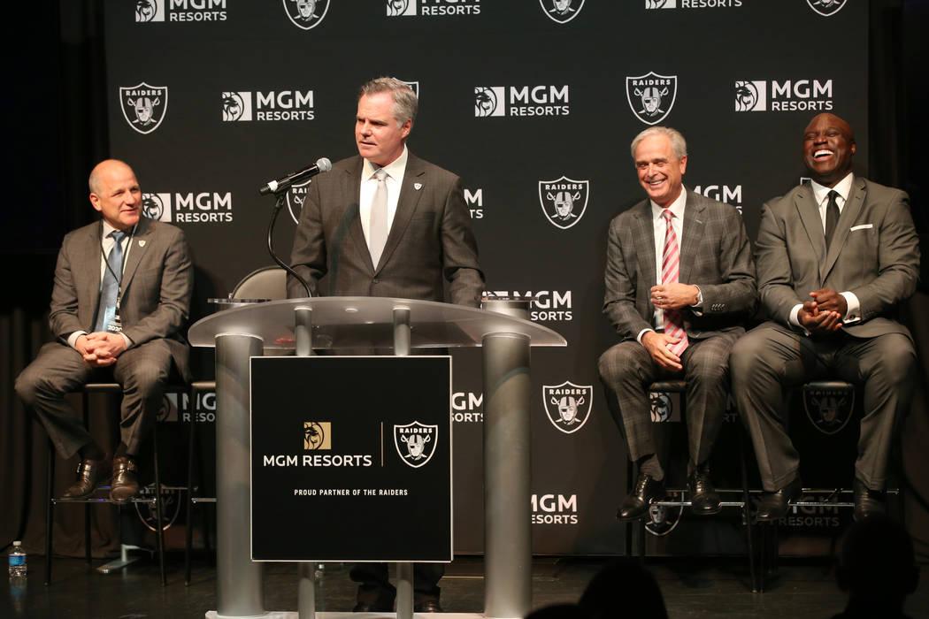 Jim Murren, director ejecutivo y presidente de MGM Resorts, habla durante el anuncio de una aso ...