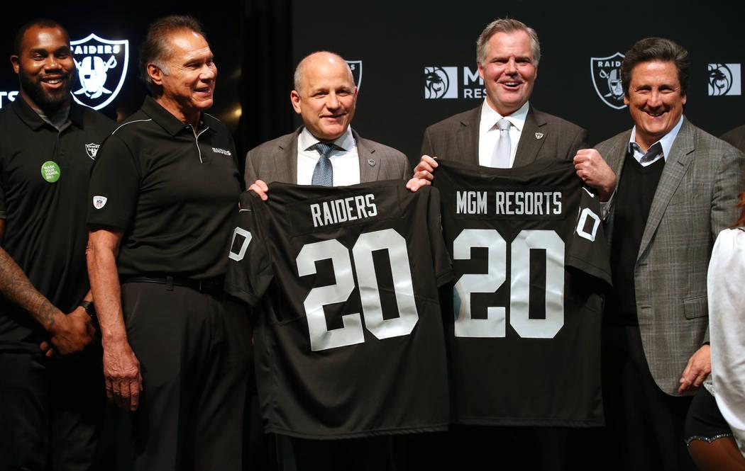 Los grandes de los Raiders, Darren McFadden, de izquierda a derecha, Jim Plunkett, el president ...