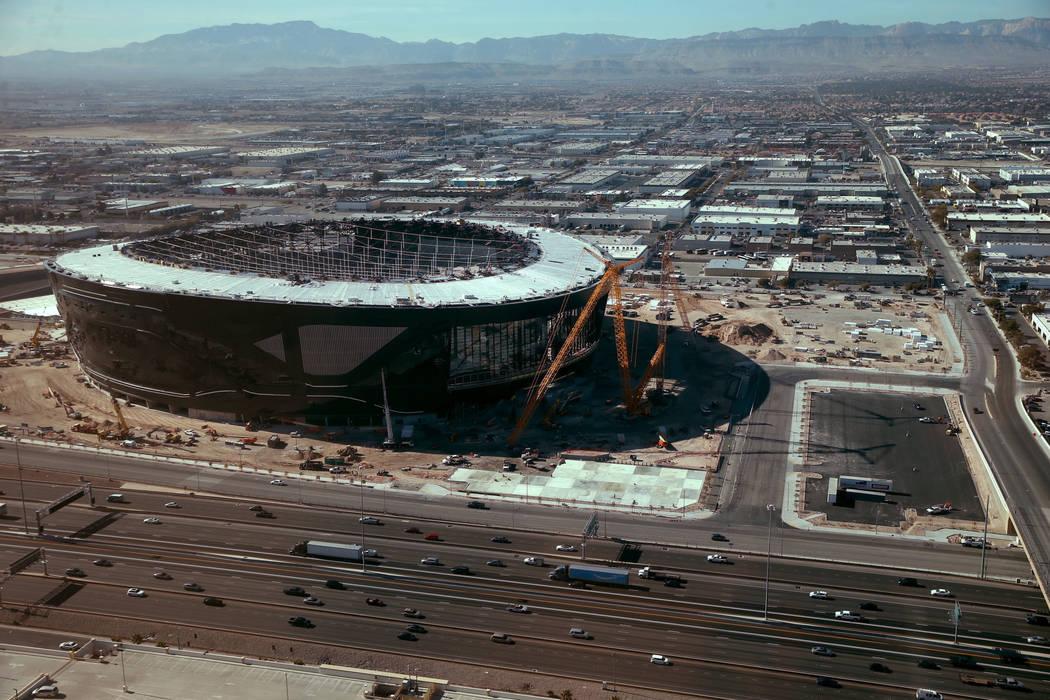 Estadio Allegiant, hogar de los Raiders de Las Vegas, visto desde el restaurante Rivea en Delan ...