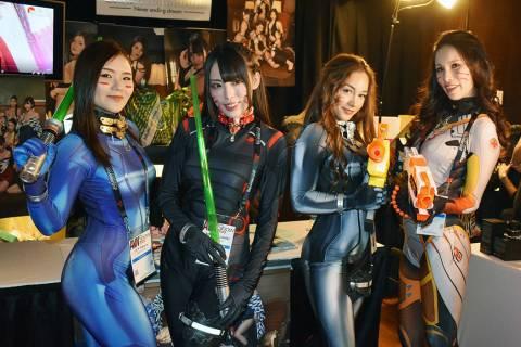 Reconocidas personalidades de la industria participaron en la Expo del Entretenimiento para Adu ...