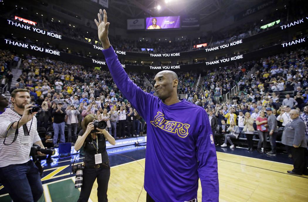 En esta foto de archivo del 28 de marzo de 2016, el delantero de los Lakers de Los Ángeles, Ko ...