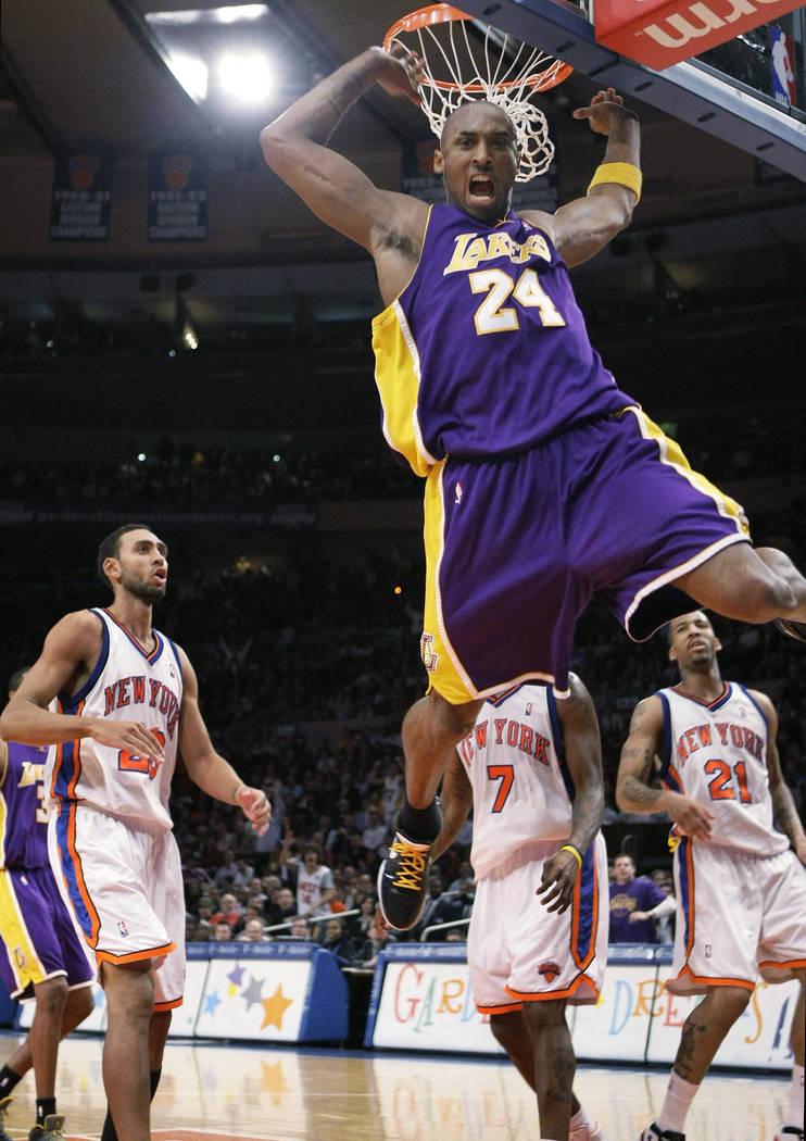 En esta foto de archivo del 2 de febrero de 2009, el guardia de los Lakers de Los Ángeles, Kob ...
