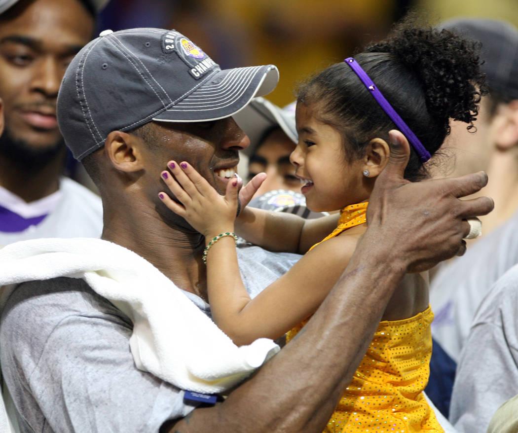 En esta foto del 14 de junio de 2009, el guardia de los Lakers de Los Ángeles, Kobe Bryant, ce ...