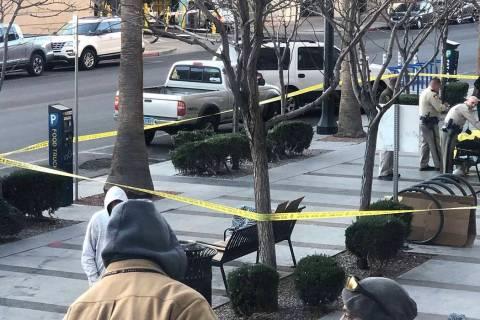 El cuerpo de una persona fue encontrado en una banca fuera del Centro de Justicia Regional en e ...