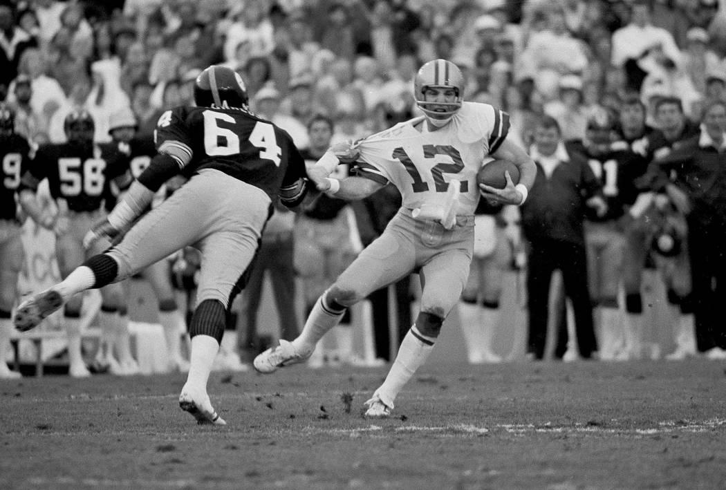 El mariscal de campo de los Dallas Cowboys, Roger Staubach, es derribado por Steve Furness de l ...