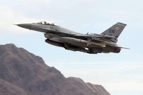 Un F-16 despega de la Base de la Fuerza Aérea Nellis en Las Vegas en 2018. (K.M. Cannon - Las ...
