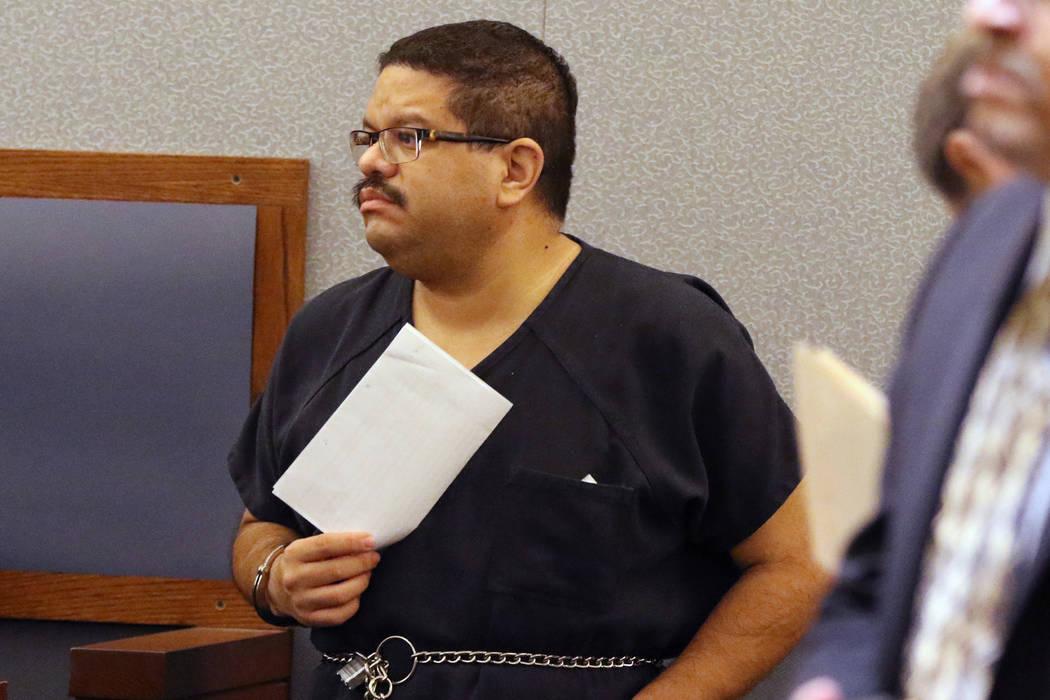 Bramwell Retana, de 44 años, acusado de abusar sexualmente de niñas en su iglesia, comparece ...