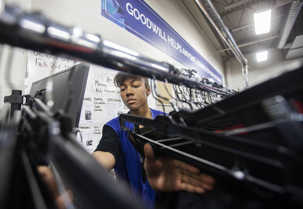China Mitchell hace el inventario de la ropa donada en Goodwill del Sur de Nevada el miércoles ...