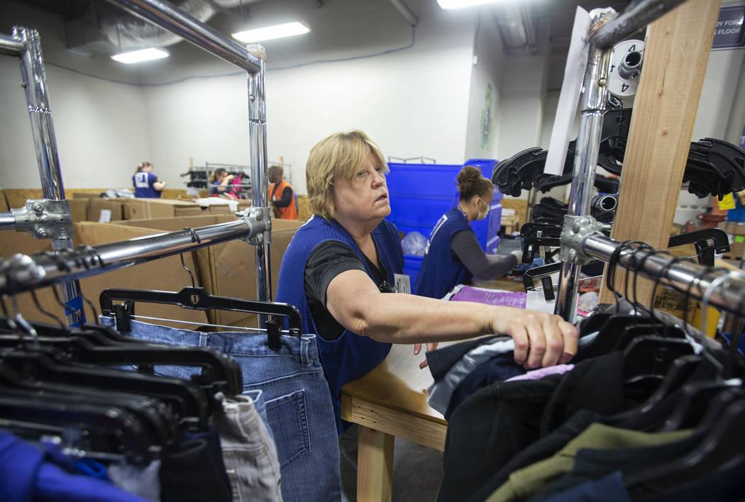 Linda Muth, a la izquierda, acomoda la ropa donada a Goodwill del Sur de Nevada el miércoles, ...
