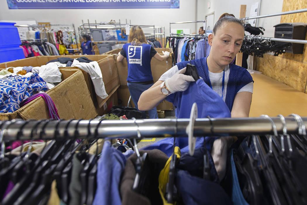 Katie Silber acomoda la ropa donada a Goodwill del Sur de Nevada el miércoles, 29 de enero de ...