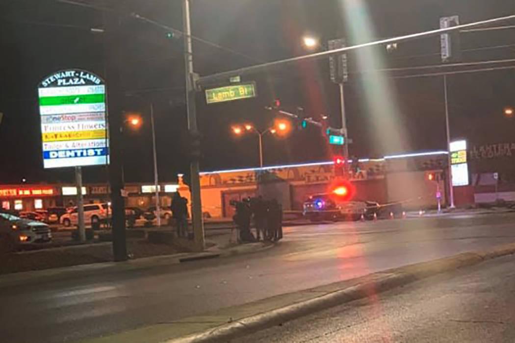 La policía de Las Vegas está investigando un cuerpo encontrado en la intersección de North L ...