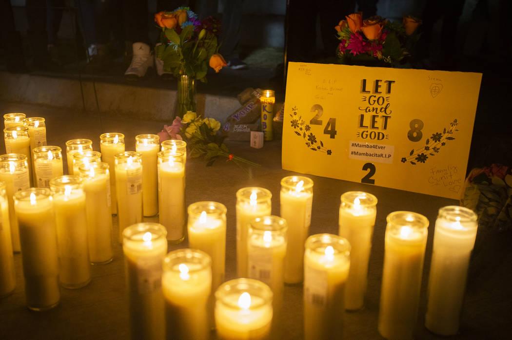 Velas y flores en un velorio para Kobe Bryant y su hija Gianna, que murieron en un accidente de ...