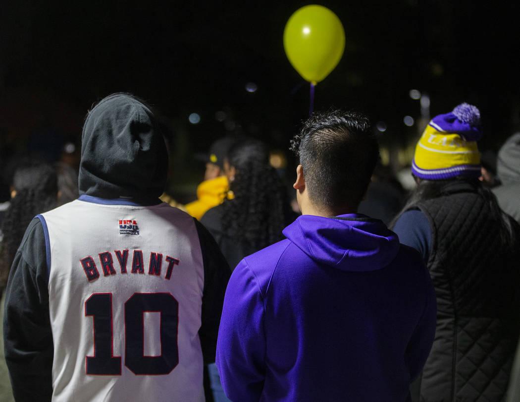 Fans hablan sobre cómo la leyenda del deporte, Kobe Bryant, influyó sus vidas durante un velo ...