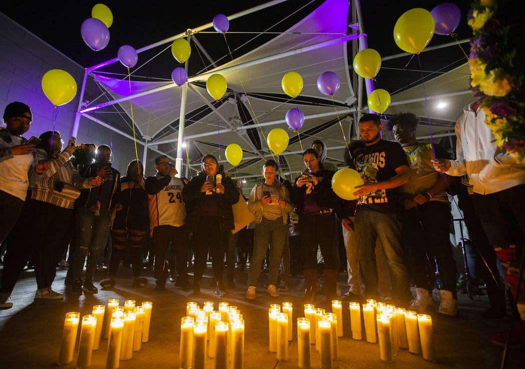 Los fans se preparan para soltar globos con los colores de los Lakers de Los Ángeles durante u ...
