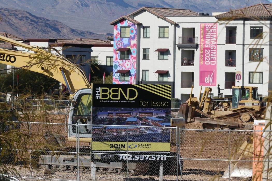 Se muestran los equipos pesados de construcción utilizados en las obras para The Bend, un proy ...