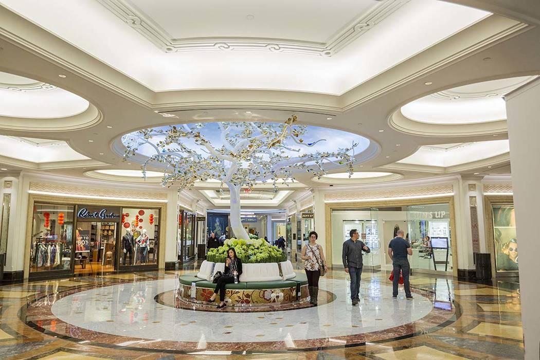 La gente pasa por las recién renovadas tiendas de Gran Canal Shoppes en Las Vegas el viernes, ...