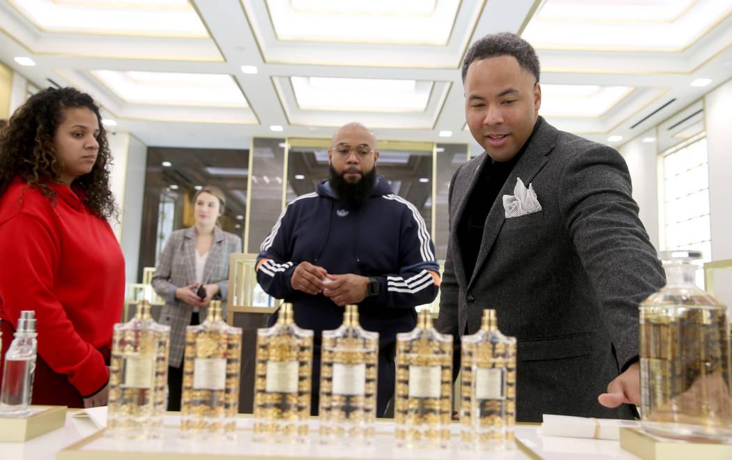Nicholas Lewis, derecha, especialista en productos de la perfumería Creed dentro de Forum Shop ...