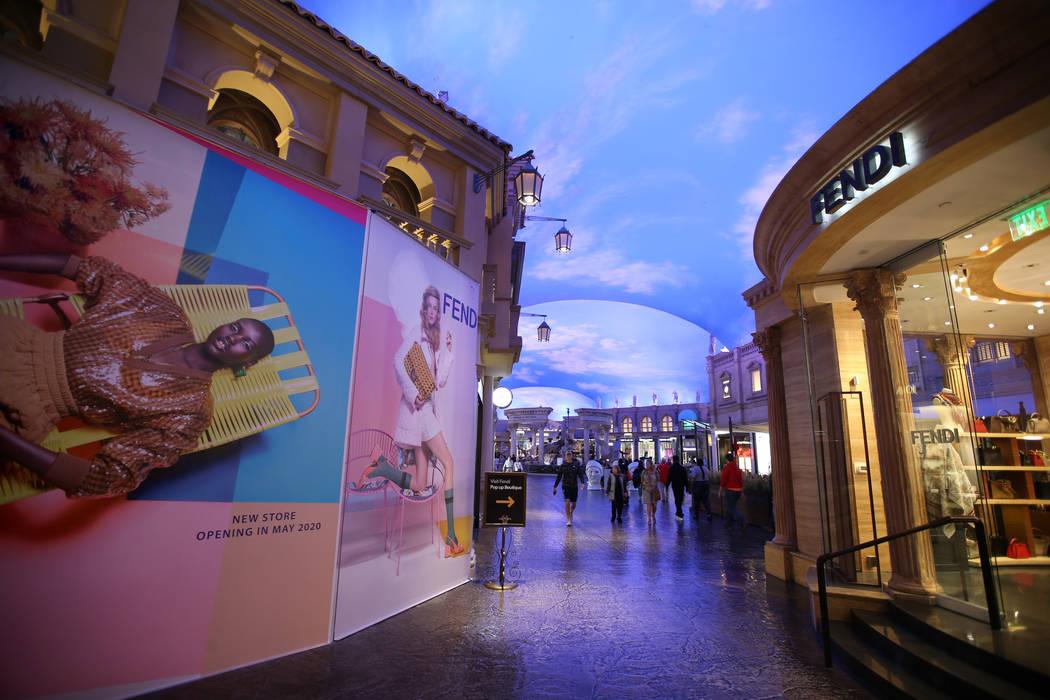 Una nueva tienda Fendi en construcción, a la izquierda, frente a una Boutique Fendi Pop-up den ...
