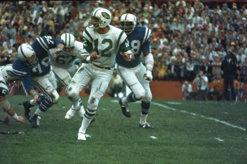 El mariscal de campo de los Jets de Nueva York (12) Joe Namath, recibe un pase bajo la presión ...