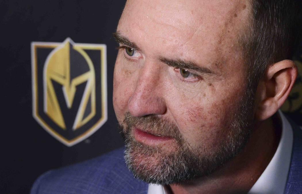 El nuevo entrenador de los Golden Knights de Las Vegas, Peter DeBoer, habla con los medios desp ...