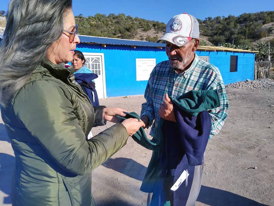 La Federación Duranguense de Las Vegas repartió ropa de invierno a los afectados por las inun ...
