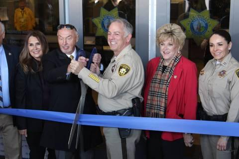 Kevin Orrock, presidente de la Corporación Howard Hughes y el sheriff Joseph Lombardo cortaron ...