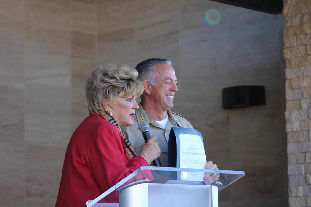 La alcaldesa Goodman y el sheriff Lombardo fueron los encargados de dar la bienvenida a la comu ...
