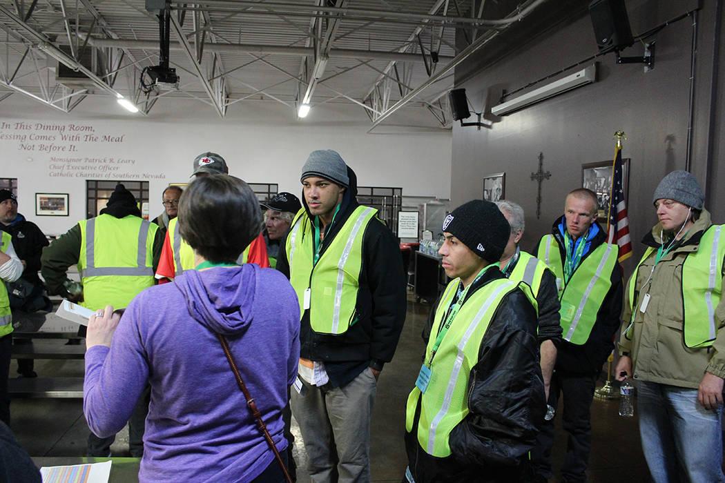 Los voluntarios trabajaron turnos de 4 horas y caminaron 2 millas por equipo. Jueves 30 de ener ...