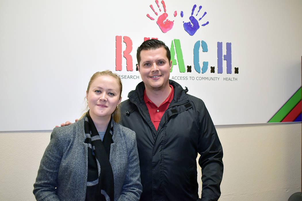 """Rebeca Aceves, directora de REACH –izquierda- y el gerente de """"Outreach"""" de la organizaci ..."""