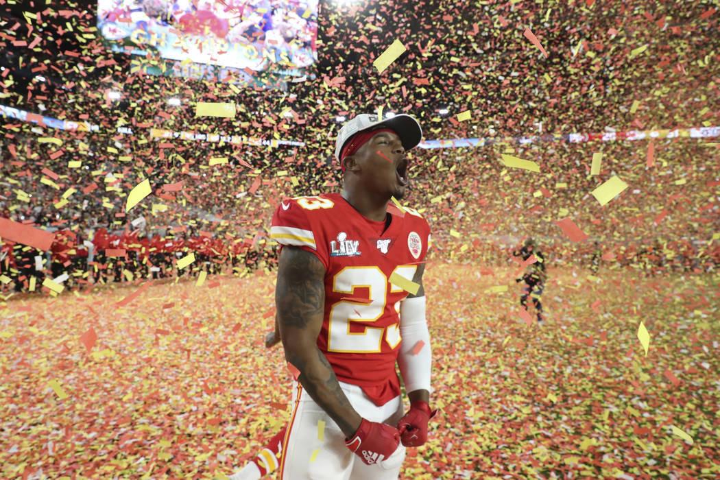 El defensa de los Jefes de Kansas City, Armani Watts (23), celebra la victoria de su equipo sob ...