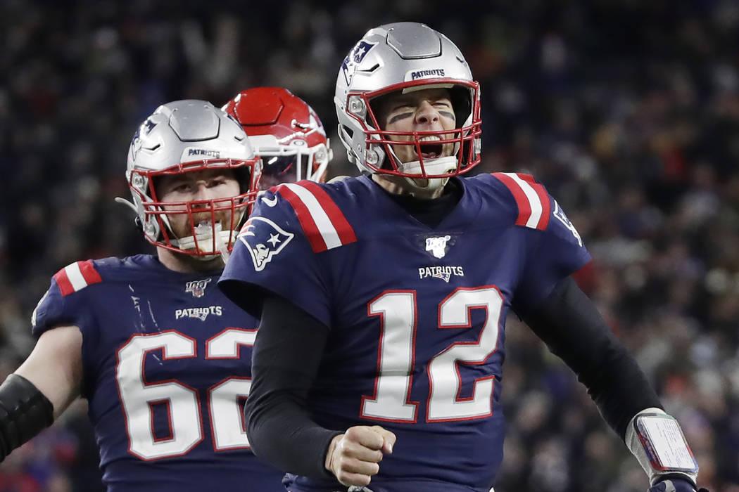 El mariscal de campo de los New England Patriots, Tom Brady, reacciona después de correr yarda ...
