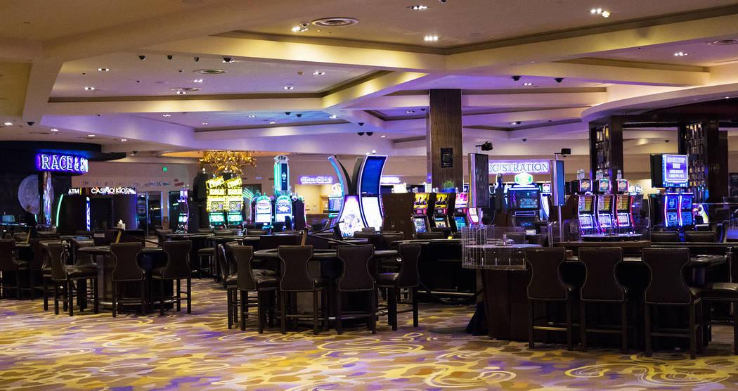 Máquinas tragamonedas y mesas de juego vacías en el Hard Rock Hotel de Las Vegas, el lunes, 3 ...
