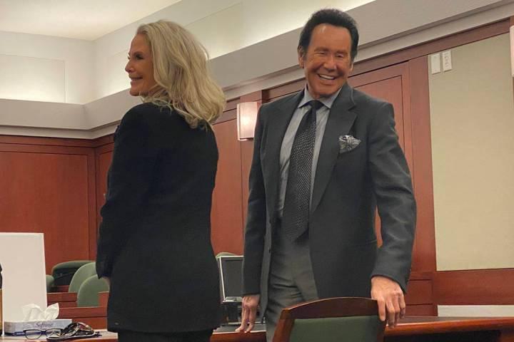 Wayne Newton y su esposa, Kathleen, se presentan en la Corte de Distrito del Condado Clark ante ...