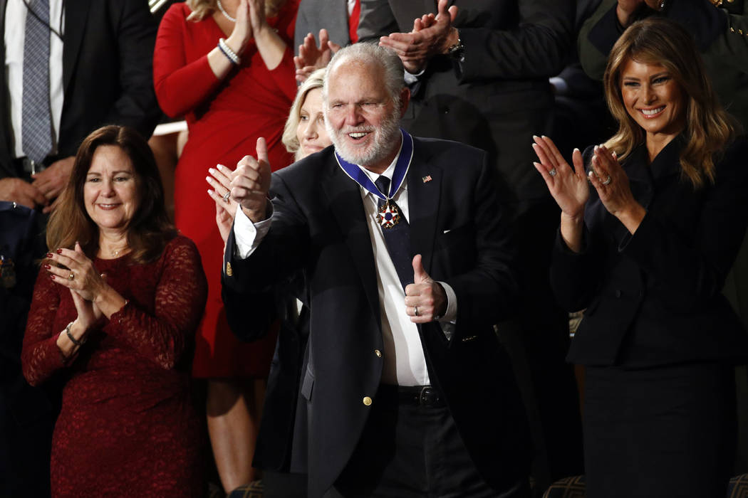 Rush Limbaugh reacciona después de que la primera dama Melania Trump le entregara la Medalla P ...