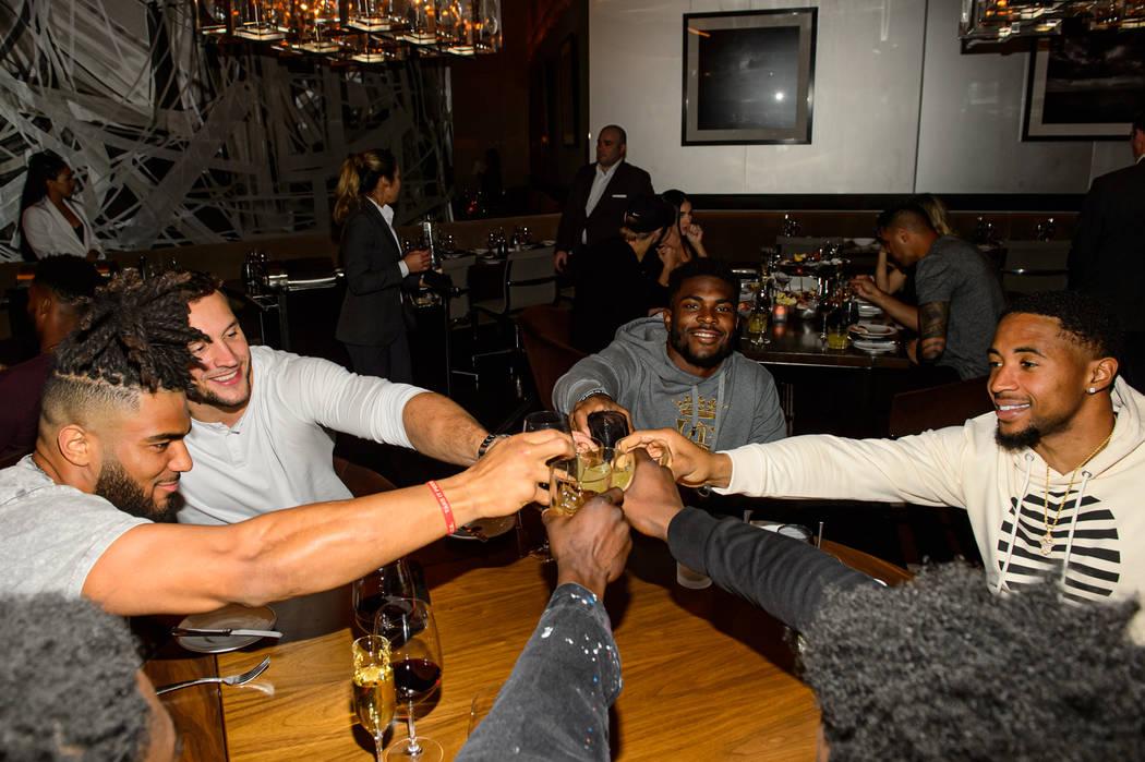 Fred Warner, Jacob Thieneman, Jimmie Ward y K'Waun Williams de los 49ers cenan en Cut by Wolfga ...
