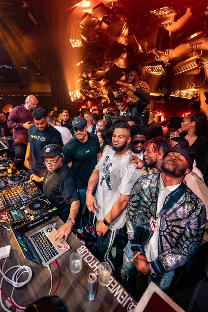 Miembros de los San Francisco 49ers en la cabina del DJ en Jewel Nightclub el lunes, 3 de febre ...