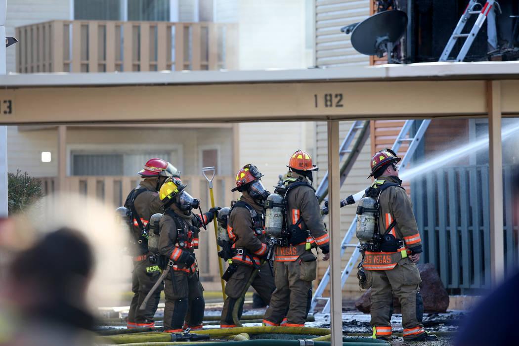 Bomberos trabajan en los apartamentos Lantana en Charleston Boulevard, cerca de Torrey Pines Dr ...