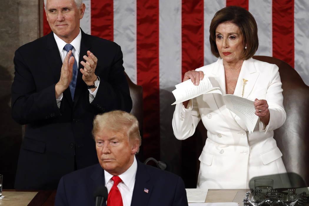 La presidenta de la Cámara de Representantes, Nancy Pelosi, de California, rompe su copia del ...
