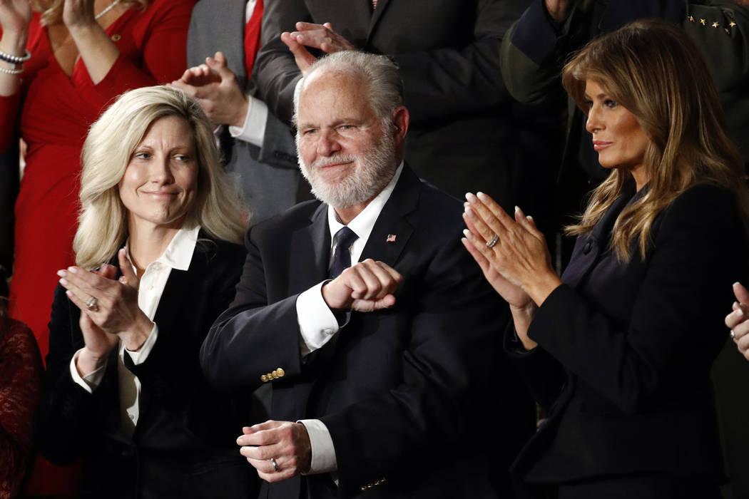 Rush Linbaugh reacciona mientras la primera dama, Melania Trump, y su esposa Kathryn, aplauden, ...