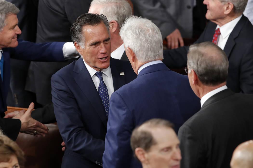 El senador Mitt Romney, republicano por Utah, llega antes de que el presidente Donald Trump pro ...