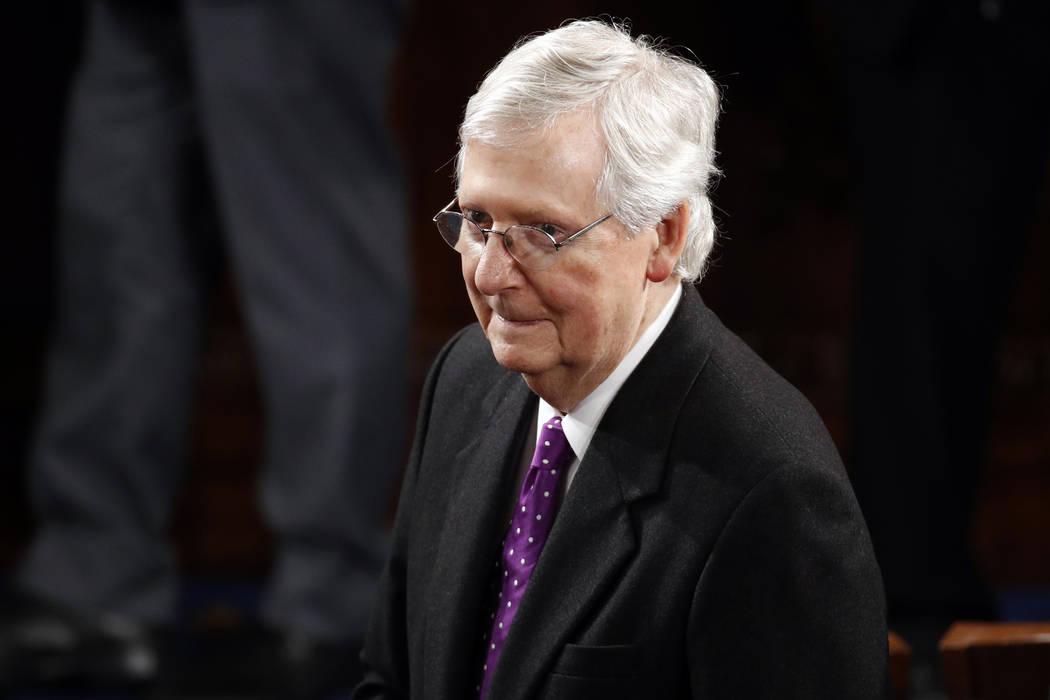 El Líder de la Mayoría del Senado, Mitch McConnell, republicano por Kentucky, llega antes de ...
