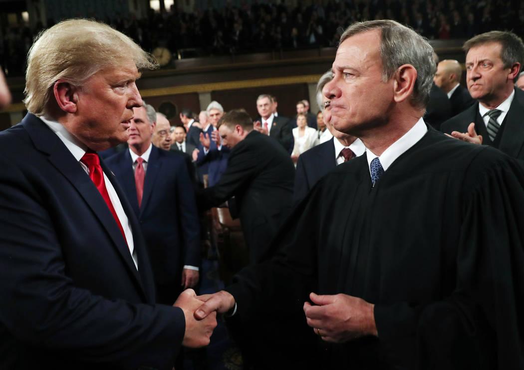 El presidente Donald Trump saluda al presidente del Tribunal Supremo, John Roberts, cuando lleg ...
