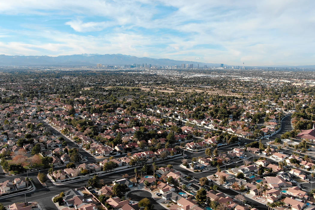 Vista aérea de las casas cerca de Valle Verde Drive en Henderson, Nevada. (Michael Quine/Las V ...