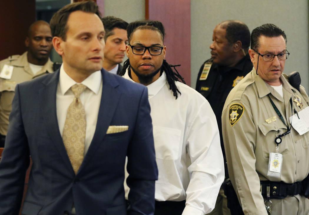 Ray Charles Brown, centro, quien fue encontrado culpable de disparar fatalmente al empleado de ...