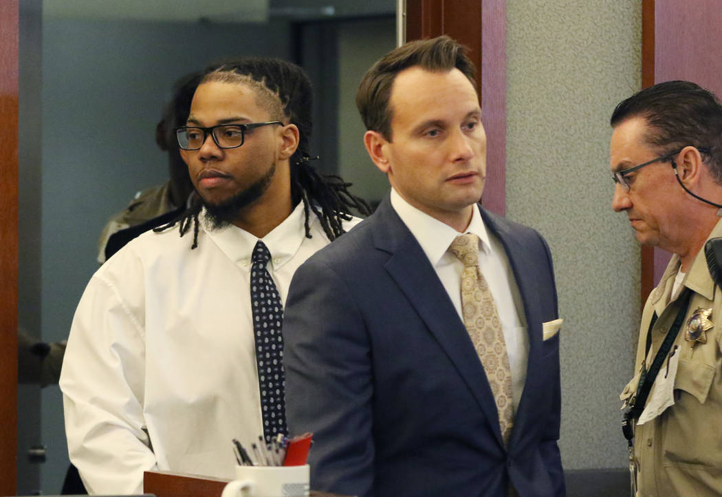 Ray Charles Brown, izquierda, quien fue encontrado culpable de disparar fatalmente al empleado ...