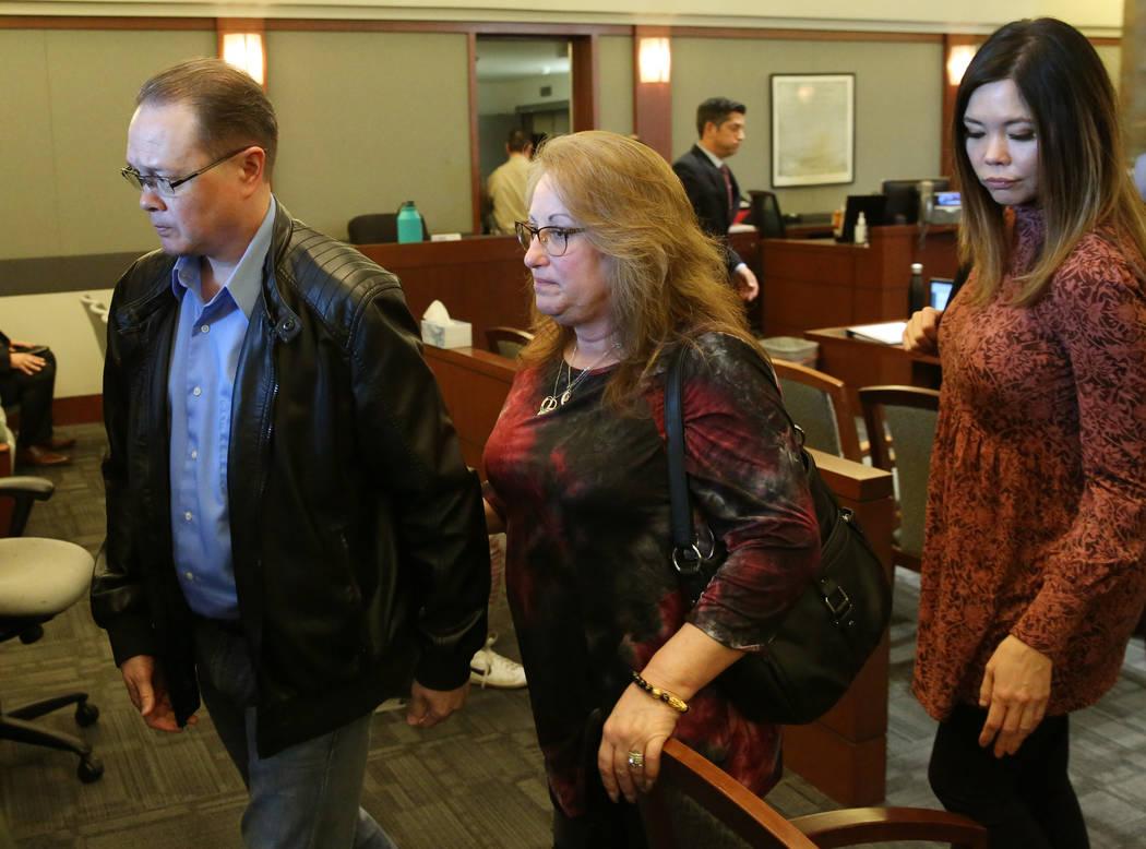 Theresa Christensen, centro, madre de la víctima del asesinato en Lee's Liquor, Matthew Christ ...