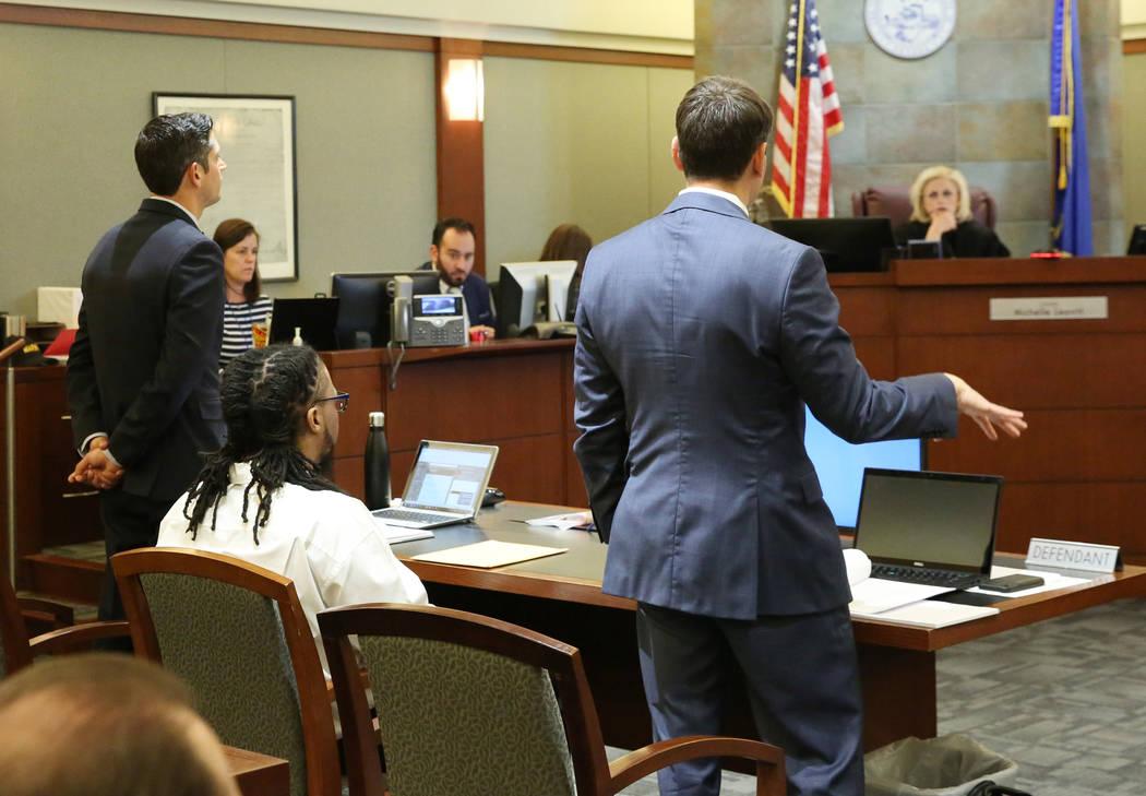 Josh Tomsheck, a la derecha, abogado de Ray Charles Brown, sentado, argumenta ante la jueza MIc ...