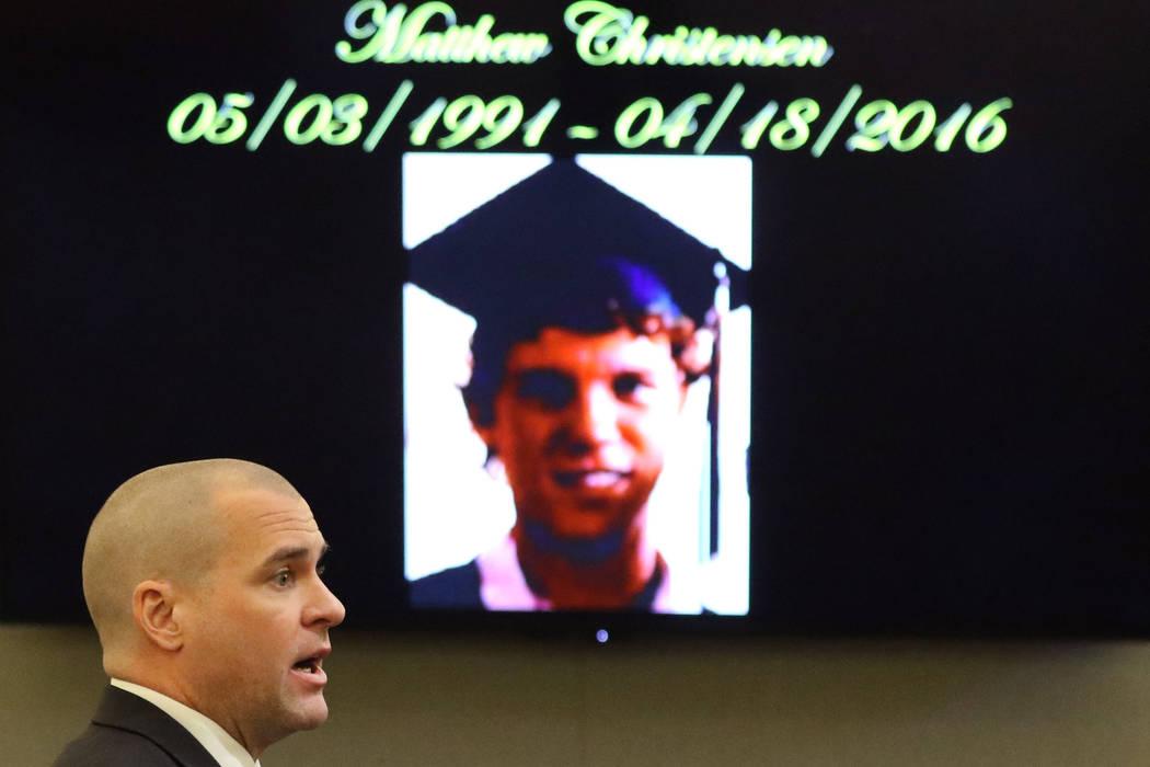 Una fotografía de la víctima de asesinato Matthew Christensen se muestra mientras el fiscal J ...