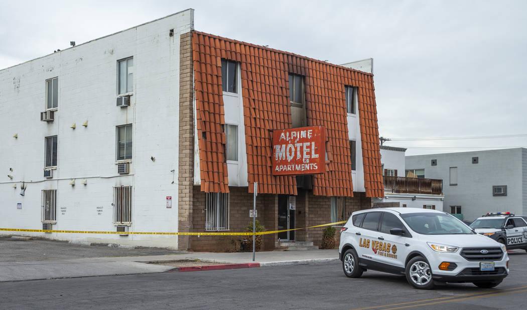Un vehículo de Bomberos y Rescate de Las Vegas está estacionado fuera de los apartamentos del ...